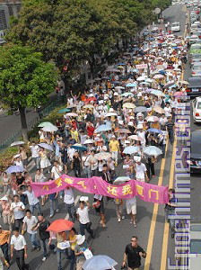 On June 1, 2007, over ten thousand residents in Xiamen City showed up in a demonstration to protest the government building a chemical plant. (Photo provided by demonstrator)
